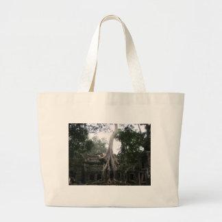 ジャングルのカンボジアの寺院 ラージトートバッグ