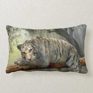ジャングルの枕で冷えている白いトラ ランバークッション