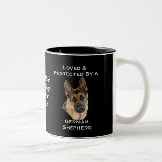 ジャーマン・シェパードによって愛される及び保護されて ツートーンマグカップ