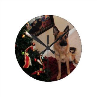 ジャーマン・シェパードのクリスマスの円形の柱時計 ラウンド壁時計