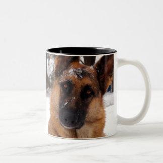 ジャーマン・シェパードのコーヒー・マグ ツートーンマグカップ