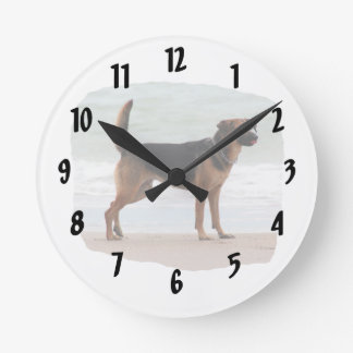 ジャーマン・シェパードのビーチの立場の舌 ラウンド壁時計