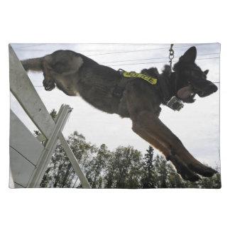 ジャーマン・シェパードの警察犬の訓練 ランチョンマット