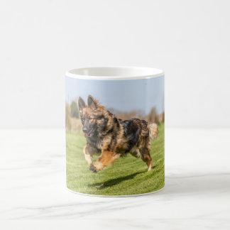 ジャーマン・シェパード犬のアルザス人を走ることを用いるマグ コーヒーマグカップ