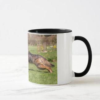 ジャーマン・シェパード犬のアルザス人を走るマグ マグカップ