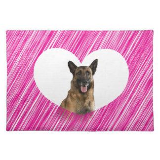 ジャーマン・シェパード犬のバレンタインのピンクのハート ランチョンマット