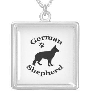 ジャーマン・シェパード犬の黒のシルエットの足のプリント シルバープレートネックレス