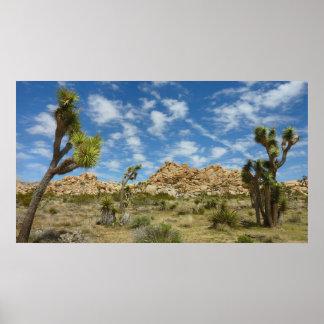 ジョシュアツリーおよび青空の砂漠の景色 ポスター