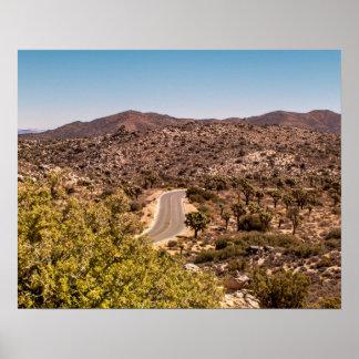 ジョシュアツリーの孤独な砂漠の道 ポスター