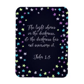 ジョンの1:5ライトは暗い聖書の引用文で照ります マグネット
