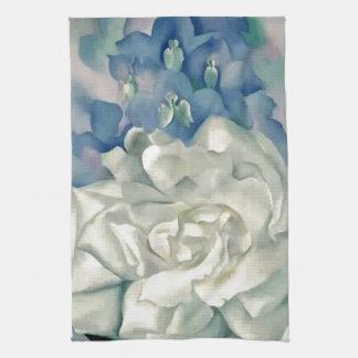 ジョージアO'Keefe圧倒する白いバラおよびLarkspur キッチンタオル