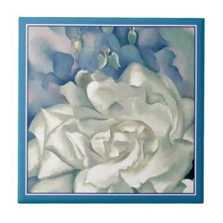 ジョージアO'Keefe圧倒する白いバラおよびLarkspur タイル