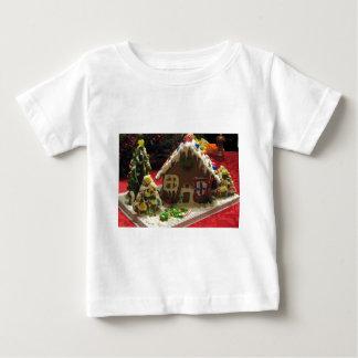 ジンジャーブレッドのクッキーの家 ベビーTシャツ