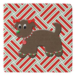 ジンジャーブレッドのクッキーの小犬のクリスマスの赤い白 トリベット