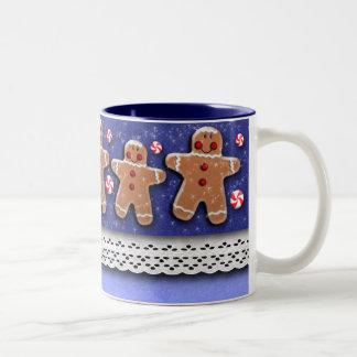 ジンジャーブレッドのクッキーキャンデーは青を振りかけます ツートーンマグカップ
