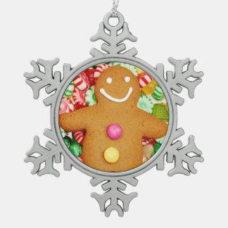 ジンジャーブレッドマンのクリスマスのオーナメント スノーフレークピューターオーナメント