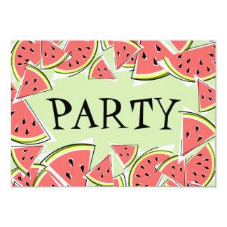 スイカは緑のパーティの招待状を継ぎ合わせます カード