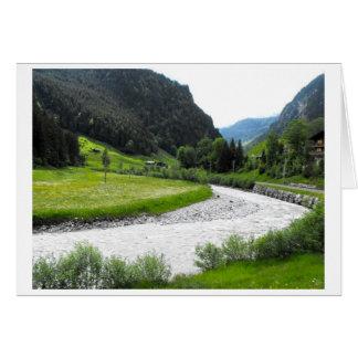 スイスのアルプスの山の流れ カード