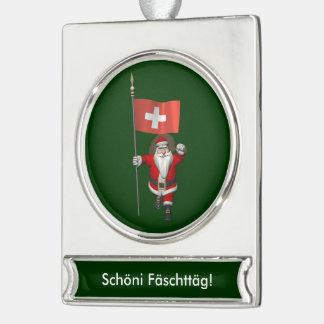 スイス連邦共和国の旗を持つサンタクロース シルバープレートバナーオーナメント