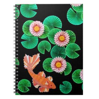 スイレンおよびコイの魚の螺線形ノート ノートブック