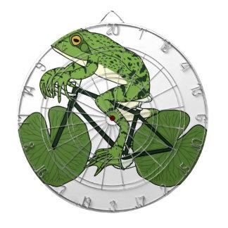 スイレンの浮いている葉の車輪が付いているカエルの乗馬のバイク ダーツボード