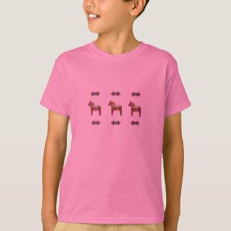 スウェーデン人のDalaの馬のスカンジナビアのデザイン Tシャツ