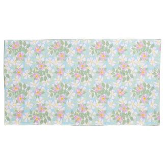 スカイブルーのかわいらしいピンクおよび白い犬バラ 枕カバー