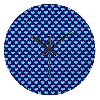 スカイブルーの小さいハートパターン濃紺の背景 ラージ壁時計