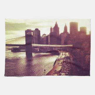スカイラインの日没-ブルックリン橋およびNYCの都市景観 キッチンタオル