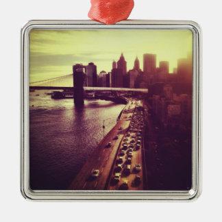 スカイラインの日没-ブルックリン橋およびNYCの都市景観 メタルオーナメント