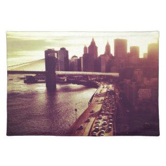 スカイラインの日没-ブルックリン橋およびNYCの都市景観 ランチョンマット