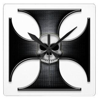 スカルを搭載する黒い鉄の十字 スクエア壁時計