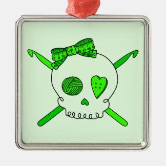 スカル及びかぎ針編みホック(ライムグリーンの背景) メタルオーナメント