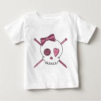 スカル及び編み物針(ピンク) ベビーTシャツ