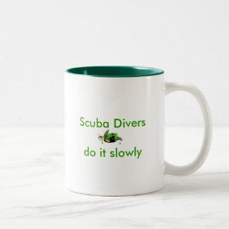 スキューバダイバーはそれをゆっくりします ツートーンマグカップ
