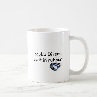 スキューバダイバーはゴムのそれをします コーヒーマグカップ