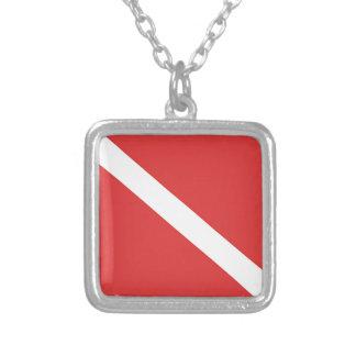 スキューバダイビングのロゴのダイバーの赤い白旗 シルバープレートネックレス