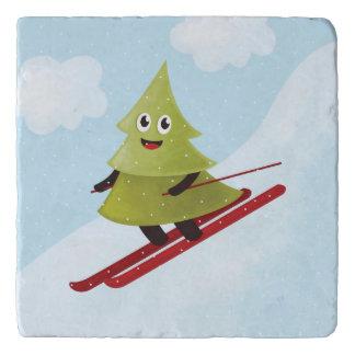 スキーの幸せな松の木の冬 トリベット