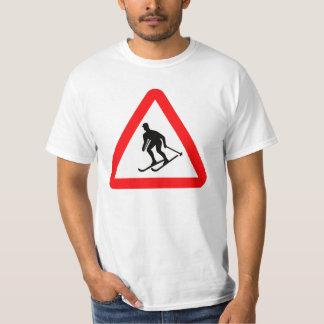 スキーヤーのスキーの三角の警告標識 Tシャツ