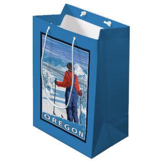 スキーヤーの敬服の念に満ちたヴィンテージ旅行ポスター ミディアムペーパーバッグ