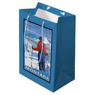 スキーヤーのAdmiringMontanaVintage旅行ポスター ミディアムペーパーバッグ