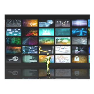 スクリーンを凝視している女性とのマルチメディア技術 ポストカード