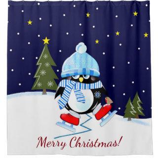 スケートで滑ることを試みているクリスマスのペンギン + カスタムな文字 シャワーカーテン