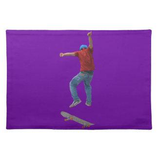 スケートボーダーは空軍の行動の通りのKulchaの芸術を得ます ランチョンマット