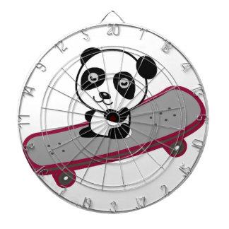 スケートボードのパンダの乗馬 ダーツボード