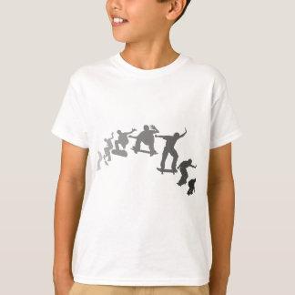 スケートボードをすること Tシャツ