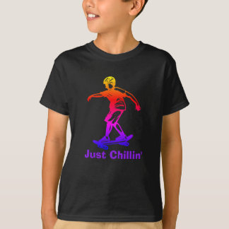 スケート選手の男の子のちょうどChillinの虹のスケートボーダー Tシャツ