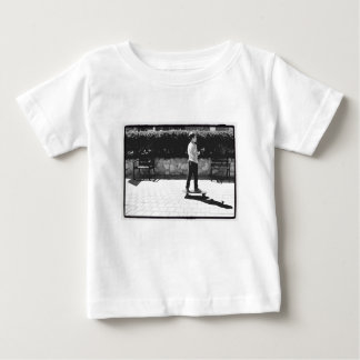 スケート選手の男の子 ベビーTシャツ