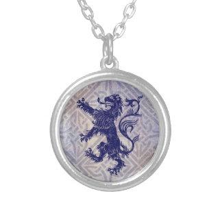 スコットランドの手がつけられないライオンの濃紺のケルト結び目模様 シルバープレートネックレス