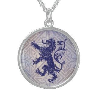 スコットランドの手がつけられないライオンの濃紺のケルト結び目模様 スターリングシルバーネックレス